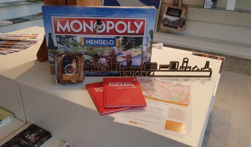 Zoek je een origineel cadeau? Wat dacht je van Hengelo Monopoly, een Hengelo vlag, het Hengeloërtje of wandel- en fietskaarten.(Foto: PR)