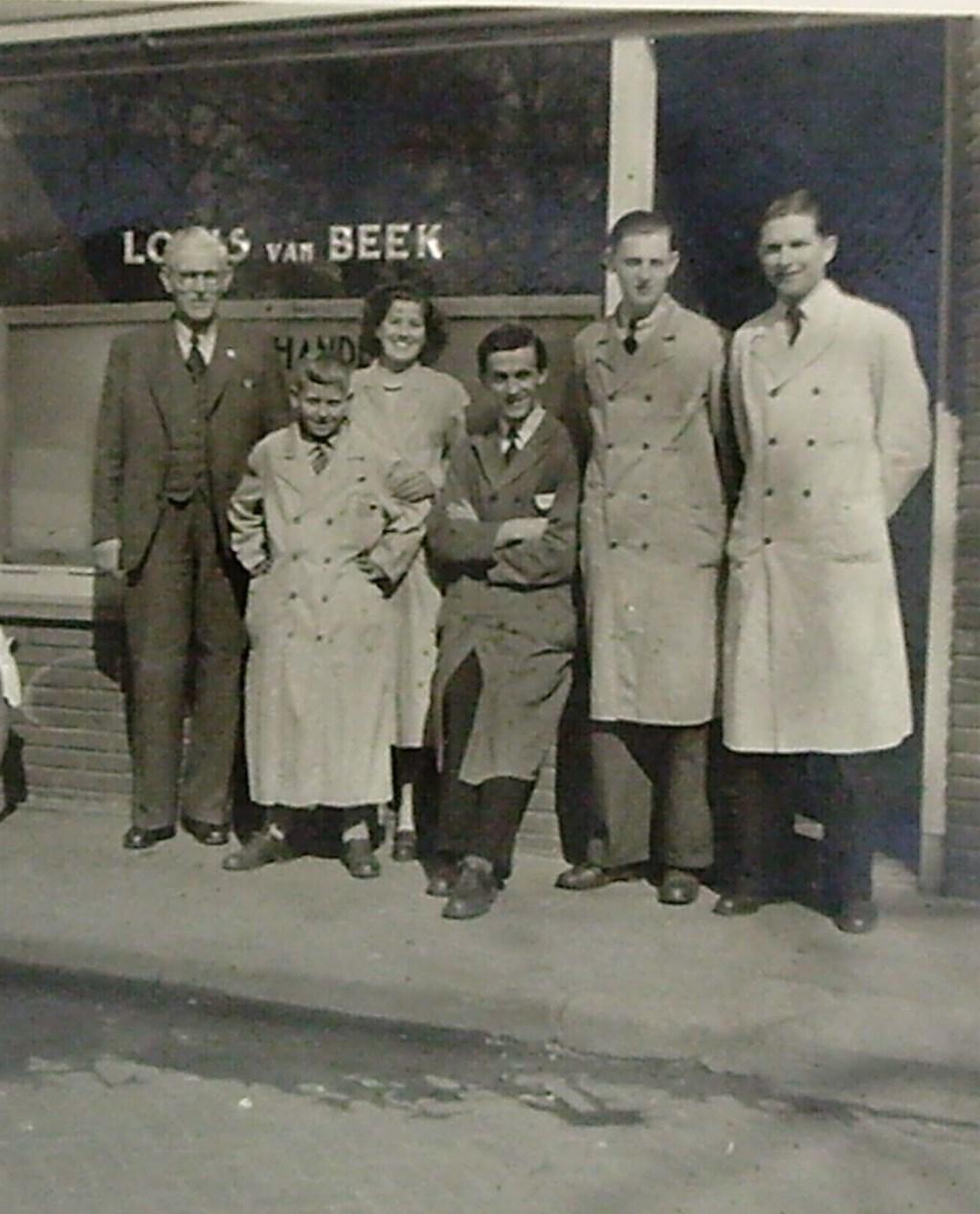 Personeel van de firma Louis van Beek aan de Achterkstraat.  © DPG Media