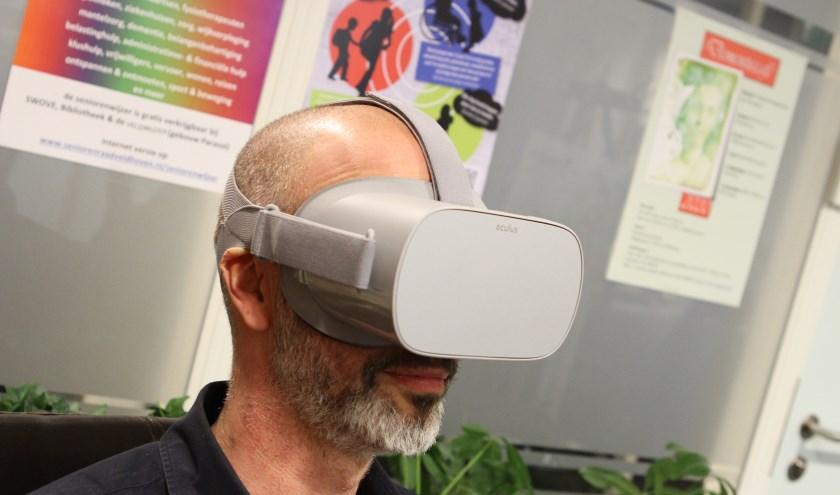 Een beter beeld krijgen van het ziektebeeld dementie. Vanuit die doelstelling zet SWOVE sinds kort een virtual realitybril in. FOTO: Ad Adriaans.