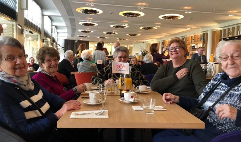 De Campagne Eet met je hart zorgde voor een fijne sfeer met een mooie opbrengst. Mevrouw Bep Pels (geheel rechts) geniet. (Foto: RC)