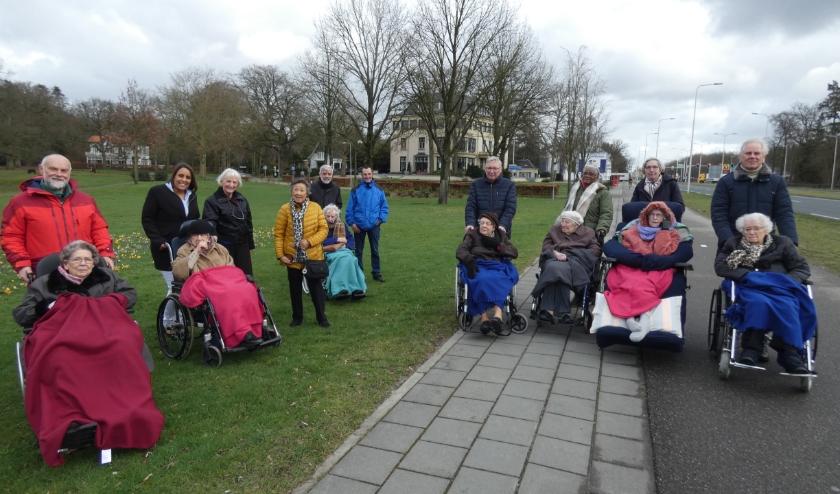 Elke woensdagmorgen met rolstoelgebonden bewoners van De Horst wandelen, hier bij het Blookerpark.