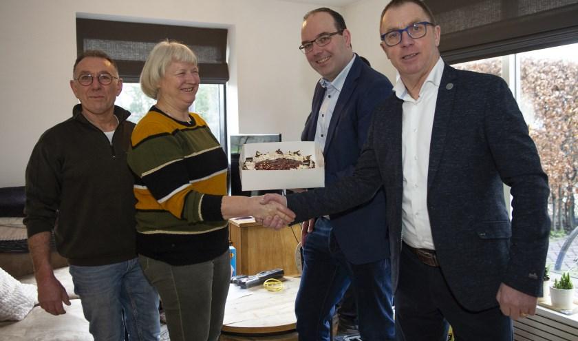 Paul van Wanrooij van TriNed en wethouder Helm Verhees (r) feliciteren familie Louwers met de eerste glasvezelaansluiting in Deurne.. Foto: Ben Niehuis.