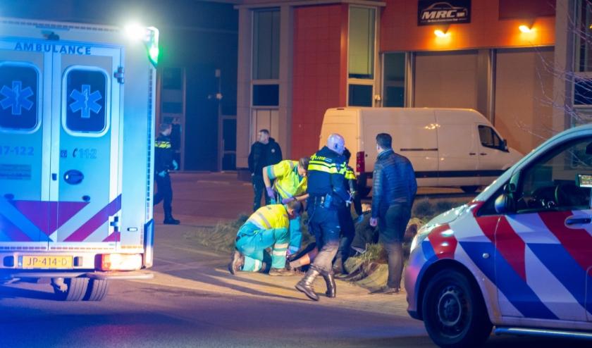 ROTTERDAM - Zaterdagavond 22 februari rond 21.45 uur heeft een schietincident plaatsgevonden op de parkeerplaats van bedrijventerrein Nesselande aan de Emmy van Leersumhof in Rotterdam. Het slachtoffer, een Duitse man, werd bij het schietincident in zijn been geschoten. Politie laat weten dat de verdachten vermoedelijk per auto zijn gevlucht. Over de aanleiding van de schietpartij, is nog niets bekend. Politie doet uitgebreid onderzoek naar het incident, waarbij de politiehelikopter de agenten ondersteund bij de zoekactie naar de verdachten.