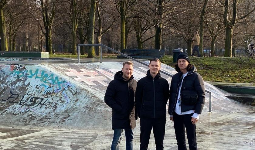 Ralf Sluijs (links) springt in de bres voor de skaters van MalieMadnezz. Hij heeft vragen gesteld aan het stadsbestuur over het achterstallig onderhoud van hun skatebaan op het Malieveld