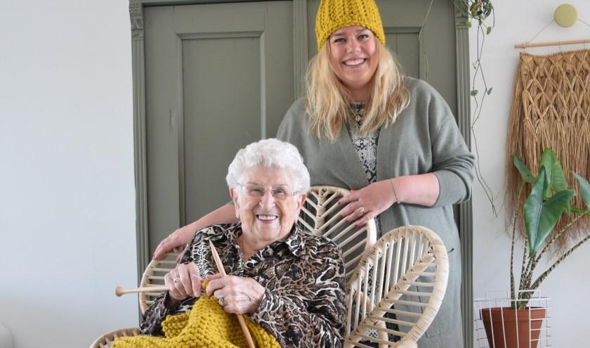 "Lisanne is maar wat trots op haar oma. ""Oma haakt en breit al haar hele leven. Haar kennis is zoveel waard."" (Foto: PR)"