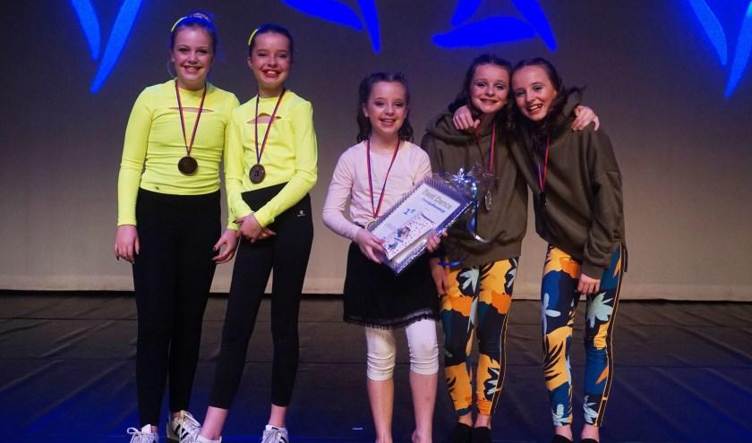 De prijswinnaars van de choreografiewedstrijd met in het midden Sarah van den Akker.