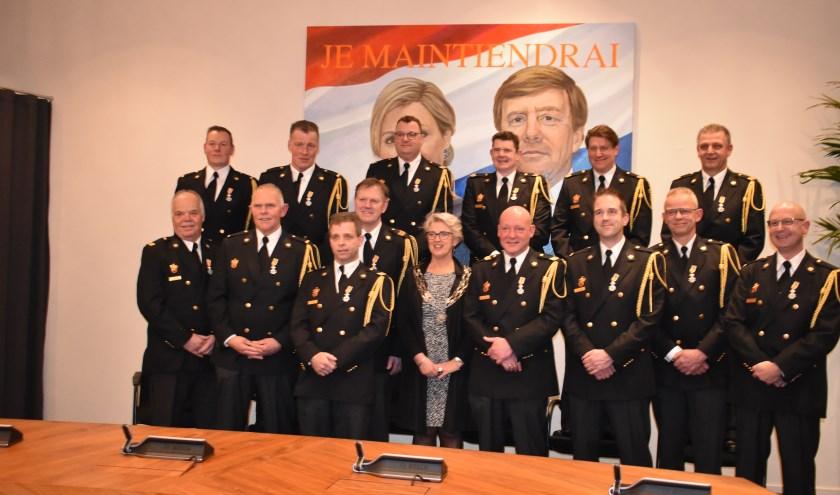 De onderscheiden brandweerlieden met burgemeester Doret Tigchelaar in de raadszaal. (Foto: Jolien van Gaalen /  Van Gaalen Media)