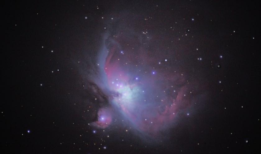 Een foto van de Orionnevel gemaakt door een vrijwilliger. Liefhebbers kunnen zelf ook naar de sterren staren tijdens de Landelijke Sterrendagen.