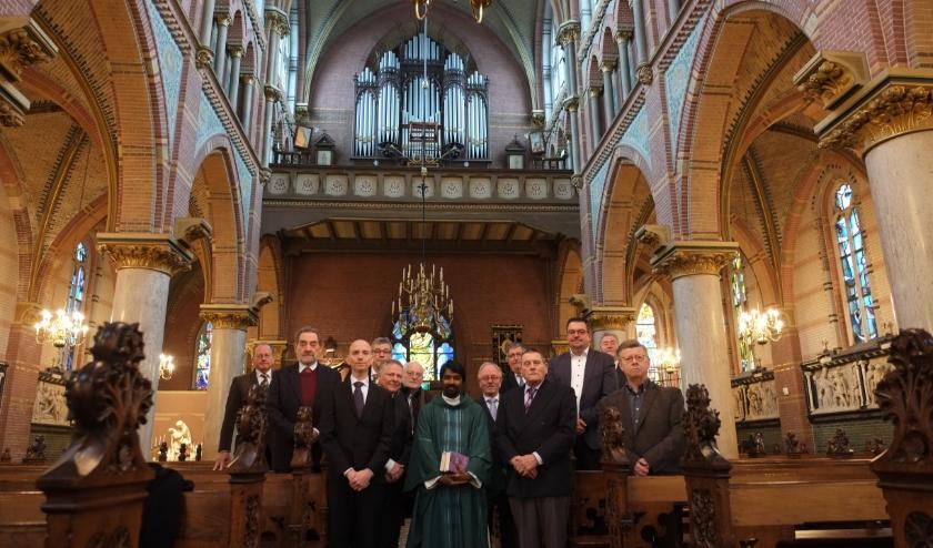 Mannenkoor In Honorem Dei, met de nieuwe pastor Melvin Tharsis, die er onlangs binnen de parochie Schiedam-Vlaardingen-Maassluis ter versterking is bijgekomen.