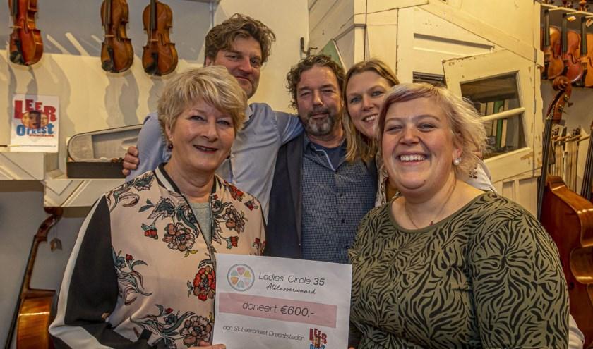 De cheque van € 600,- is door Eveline Stam en Mariska Strop (rechts) overhandigd aan voorzitter Lucienne van der Lans, secretaris Arnoud Offerhaus en bestuurslid Marco Brand. Foto: Huib Kooyker Fotografie.