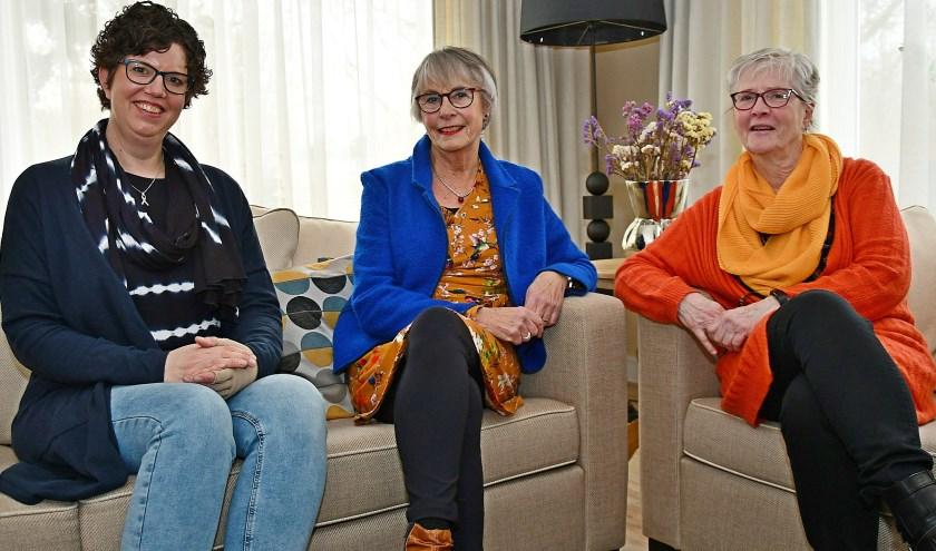 Vlnr. Margo Smit (gast), Ria Oostendorp (gastvrouw) en Ans Schuiling (bestuurslid) in de woonkamer van het Braamhuis. (foto: Ab Hendriks)