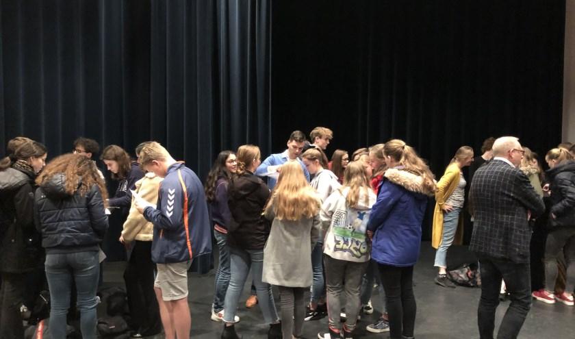 De gemeenteraad heeft ruim 250 leerlingen van het Christelijk College Groevenbeek op bezoek gehad.
