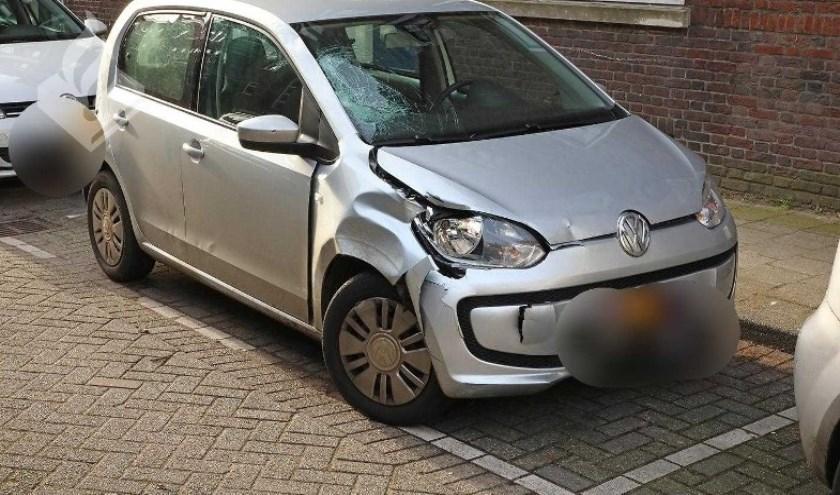 De beschadigde auto werd leeg aangetroffen op de Veelzigtstraat.
