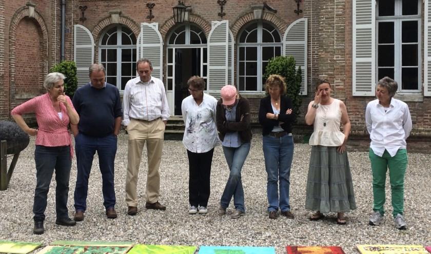 Leden van kunstenaarsclub De Sloep beoordelen elkaars werk. (Foto: PR)