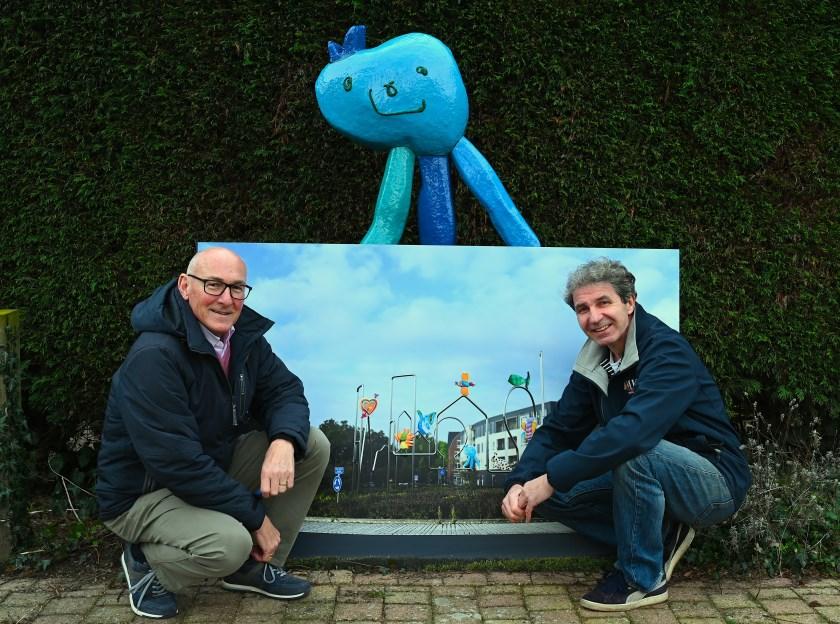 Antoon Bonke (l) en Maarten van der Geest poseren voor de 3D visualisatie van het kunstwerk.