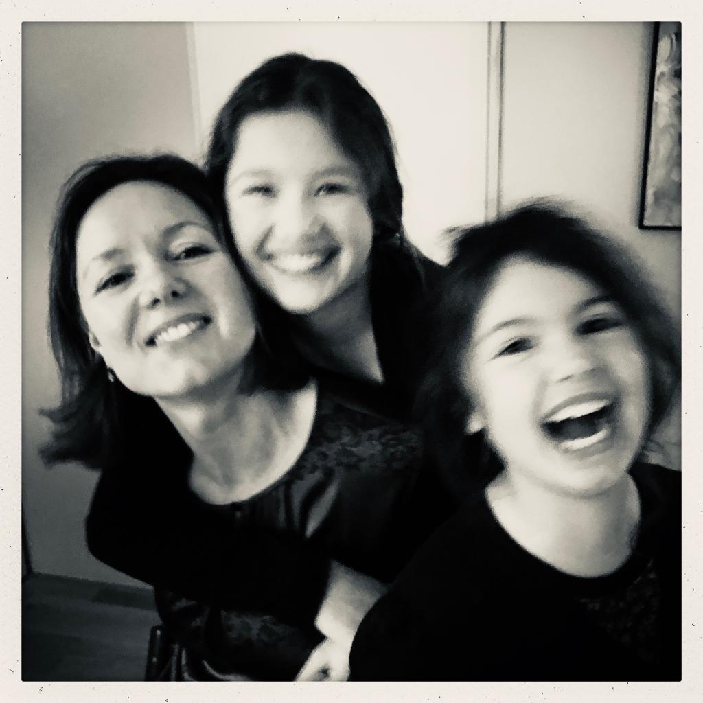 Monica met haar dochters: 'Ze groeien op als echte Rotterdamse vrouwen, De oudste zegt nu al dat ze heel blij is dat ze een stadsmeisje is.'  © DPG Media