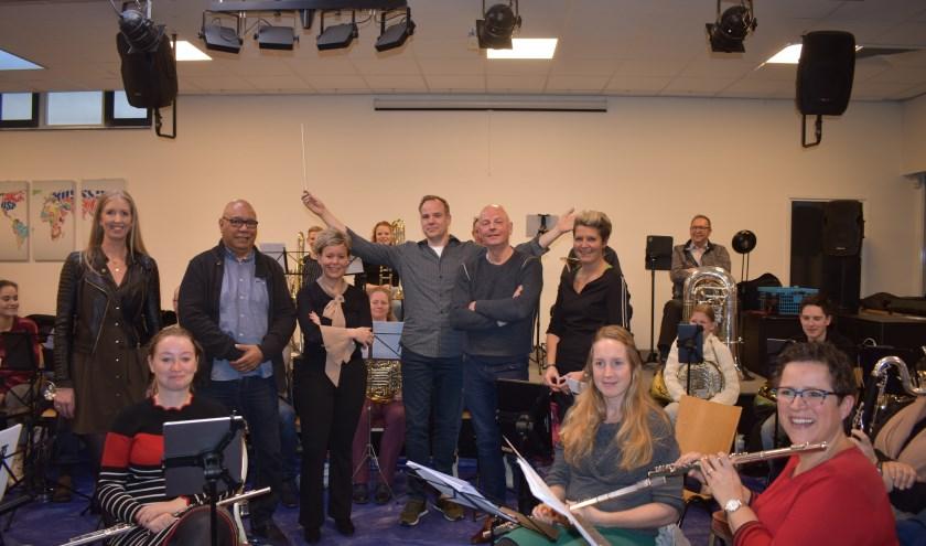Janien Schipdam, Paul Salakory, Mirelle Schuurman, Gerard Libbers en Ina Mennegat met Harmonie Sint Jan en dirigent Egbert van Groningen. (Foto: Van Gaalen Media)