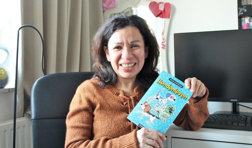 Ada Buitrago met haar zojuist verschenen kinderboek 'Hondenleven'. (Foto: Annemarie van der Ploeg)