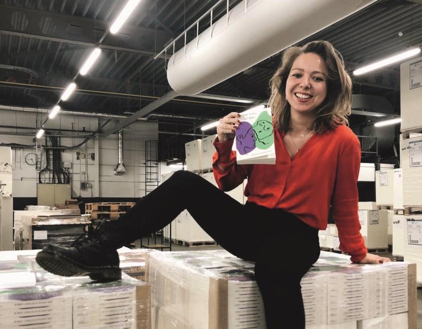Lisanne van Sadelhoff bij de drukker op palets met haar eigen boek: 'Je bent jong en je rouwt wat'.