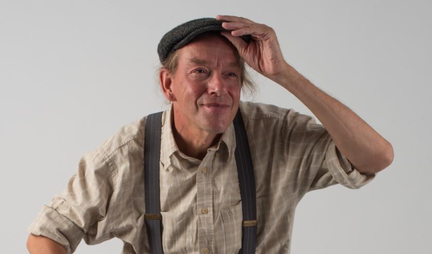 Eric Borrias speelt op woensdag 11 maart de voorstelling 'de 100-jarige man die uit het raam klom en verdween' in de bieb in Zaltbommel.