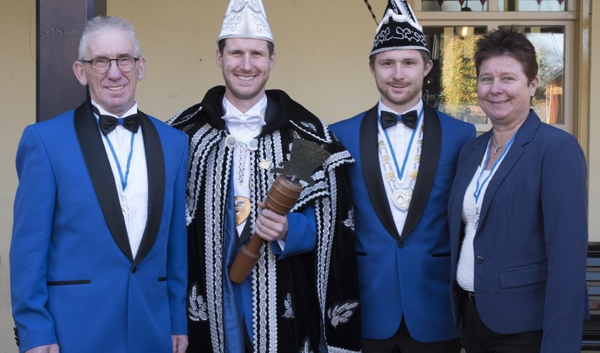 Prins Heerlijk, adjudant Lekker en hun ouders Carel en Wies van Bommel. (Foto: Carlo van den Broek)