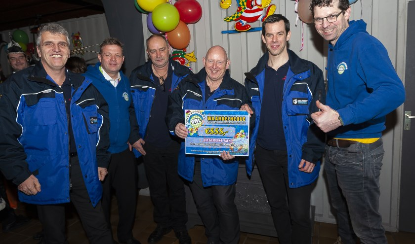 De commissie Kempen Optocht Hapert nam zondag een cheque van 555 euro in ontvangst uit handen van Stichting Cranendoncks Verbroederingsbal. (Foto: Fotodemeus)
