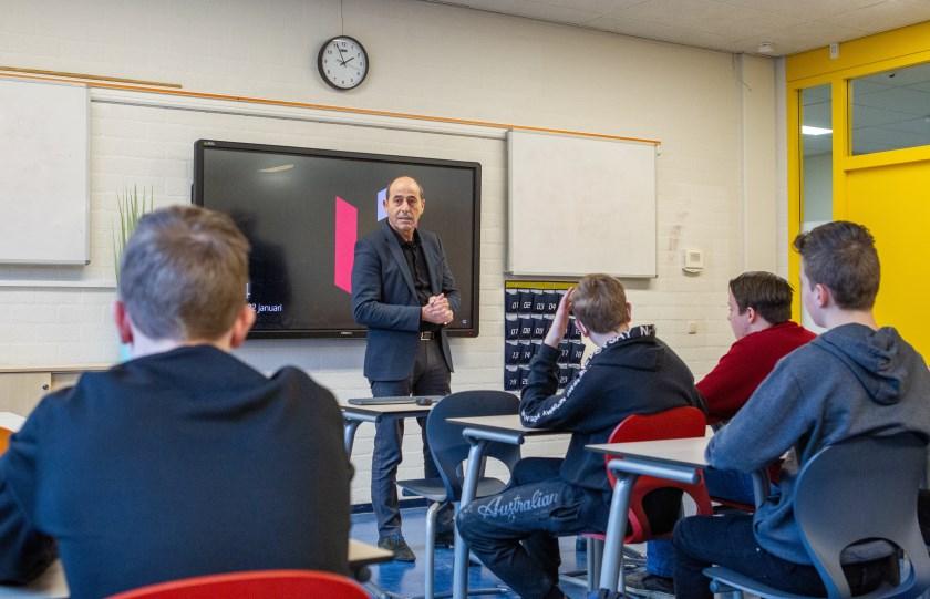 """Ondernemer Rudger Fikse als gastdocent op het Candea College: """"Ja, er werd aandachtig geluisterd""""."""