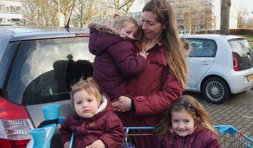 Patty Thijssen met Ella, Fem en Dori: ''Ik heb een prima huis in de buurt''. (foto Gert Perdon)