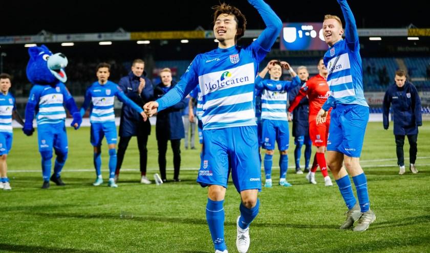 Yuta Nakayama is het middelpunt van de feestvreugde na afloop van de wedstrijd tegen FC Groningen afgelopen zaterdag. De Japanner maakte het enige doelpunt.
