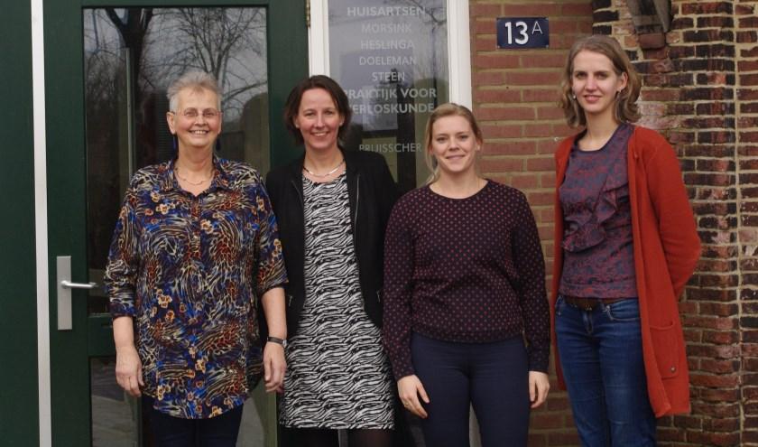 Huisartsen Bernarda Heslinga, Marcia Doeleman, Kim Morsink en Diane Steen-Masman (v.l.n.r.) kijken voor de ingang van hun praktijk vol vertrouwen naar de toekomst. (Foto: A. van Ipenburg)