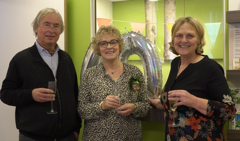 Vorige week donderdag werd Josien van der Mark (midden) verrast om haar 40-jarig dienstverband te vieren. Links Paul Willemse, bij wie ze 33 jaar werkzaam was, en rechts dokter Froukje Andringa.