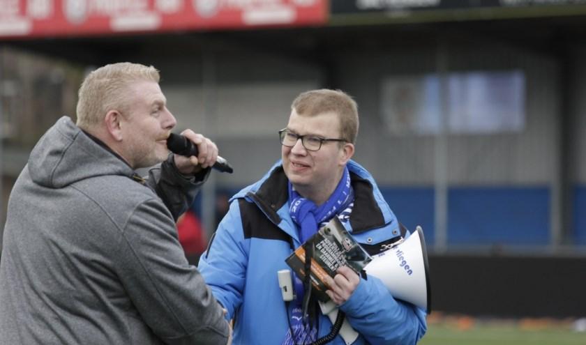 Mark Klaasen (l.) van KWS heeft de megafoon aan Arie Heuvelman overhandigd. (Foto: Dick Gijsbertsen)