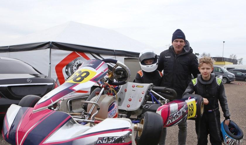 Ralph en Mika van de Pavert en vader Ben. Mika won de Chrono Winter Cup in de Micromax-klasse. (Foto: Bas Kaligis/RaceXpress.nl)