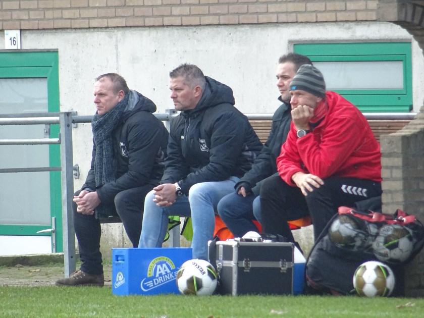 WAVV-trainer Dik Peters van Ton (links) verlengde afgelopen zijn contract en zag vervolgens zijn ploeg zondagmiddag in- en tegen Varsseveld met 3-1 winnen.
