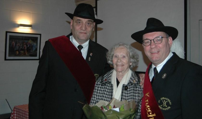 Op de foto staat Siska van Dongen. Zij is maar liefst 50 jaar gildezuster bij gilde Sint Sebastiaan.