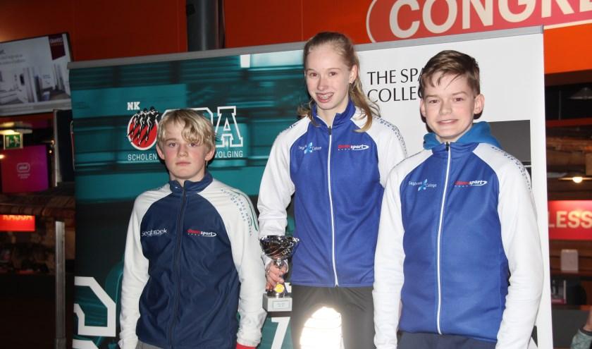 Het gemengd schaatsteam tot 15 jaar met Joppe, Anne en Luuk (v.l.n.r.) maakt op het NK zeker kans op goud.