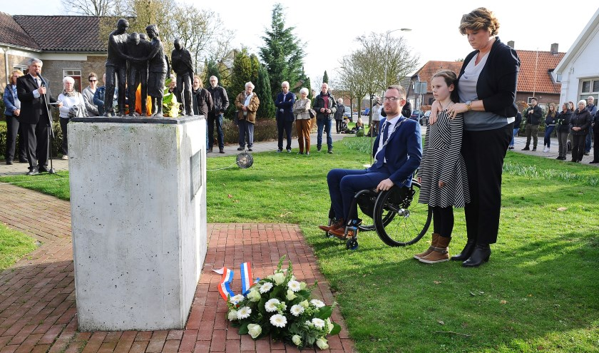 Het monument in Megchelen, waar burgemeester Otwin van Dijk met zijn vrouw en nichtje bij herdenkt.