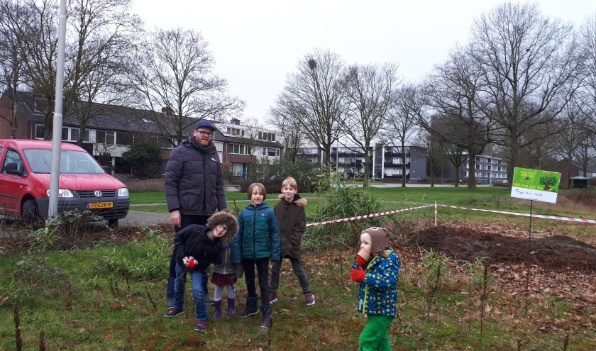Voorstanders van een grotere natuurspeeltuin in Neerbosch-Oost plaatsen bordjes met wensen. (Foto: Moniek Hüsken)