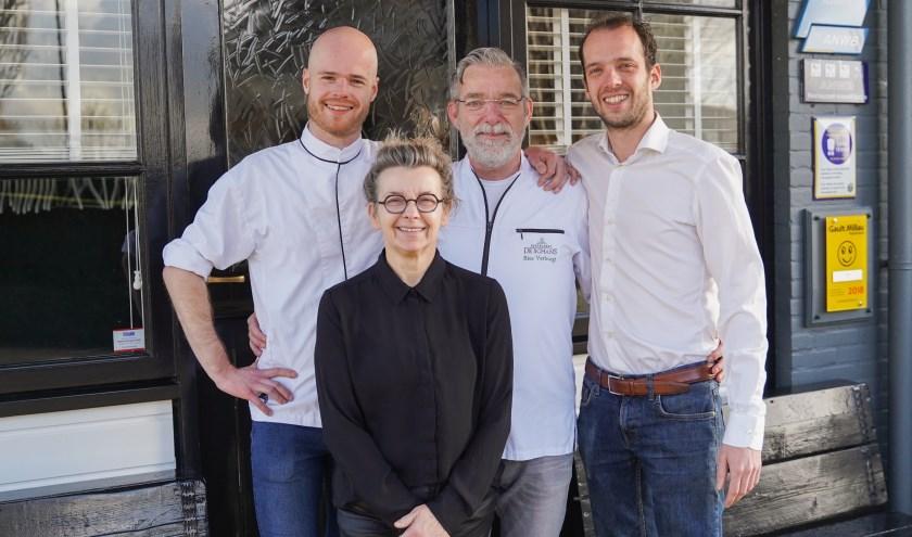 De oude én de nieuwe eigenaren van restaurant De Schans. V.l.n.r. Wesley de Leeuw, Lilian Verburgt, Ries Verburgt en Mike de Leeuw. (Foto: Joanna Fotografie)