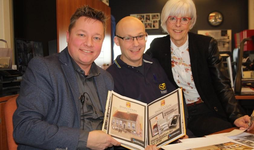 Ruben Metselaar en Martijn Rodenburg zetten Marijn Wessels met de HKIJ hard aan het werk voor een uniek boek. (Foto: Lysette Verwegen)
