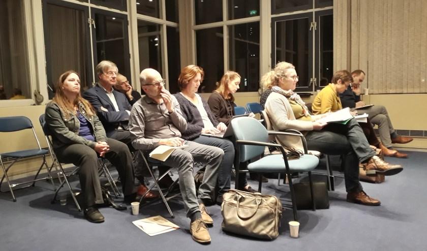 Inspreekster Martine Eerelman en voorzitter Cees van Laarhoven (beide links) van het Cultuurplatform West Betuwe volgen gespannen het debat.