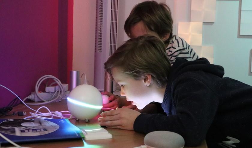 Aan de slag met huisrobot Homey (Foto: Bibliotheek Hengelo)