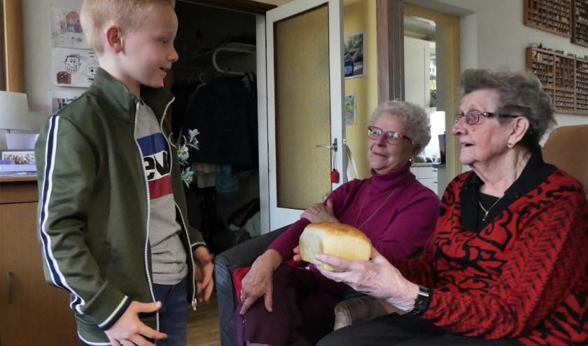 Jongeren zullen op 21 februari aan bewoners van enkele verzorgingstehuizen het Zweeds wittebrood uitdelen. Foto: Ada Onderdelinden