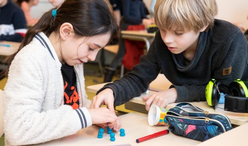 Leerlingen van basisschool De Geldershof in Nijmegen tijdens een activiteit 'Levende cellen'..