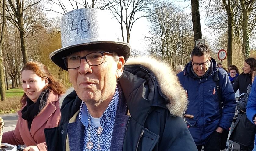 Meester Wouter loopt tijdens zijn 'ontvoering' tussen de twee SOLs. Foto: Ruud van der Wel
