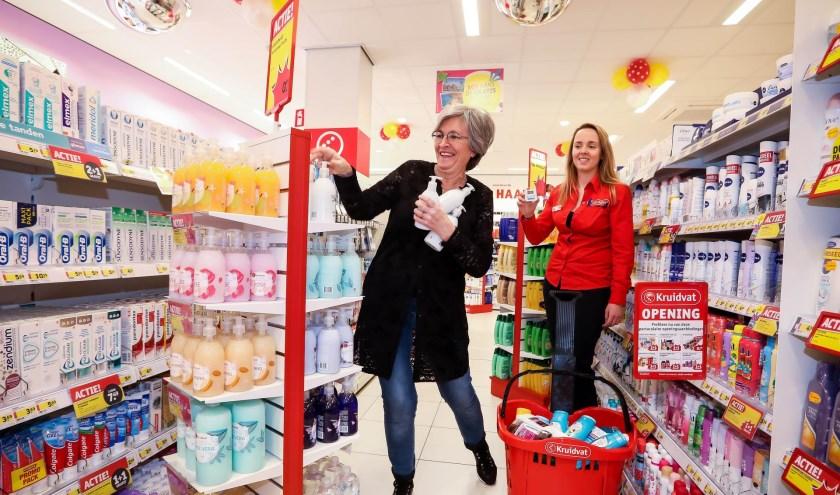 Marian Glasmeier weet voor Bliss Shine For Cancer veel in te slaan tijdens het gratis winkel-minuut. (Deze foto: Bibi Neuray/Photo Republic, andere foto's: Pieter Vane)