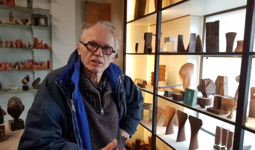 Niko de Wit licht zijn werk toe in zijn atelier aan de Noordhoekring. 50 jaar beeldend kunstenaarschap heeft zo'n 650 beelden opgeleverd, waarvan om en nabij 100 in opdracht.