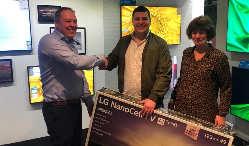 Nick Jansen blij met zijn LG 49 UHD TV die hij won bij Electro World Vogel aan de Schiedamseweg 40a in Vlaardingen.