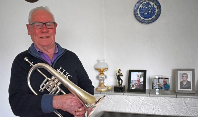 Henk Willems werd op 8-jarige leeftijd lid van de muziekvereniging H.M.V., waar hij nu nog steeds op de bugel speelt.  Foto: Van Gaalen Media