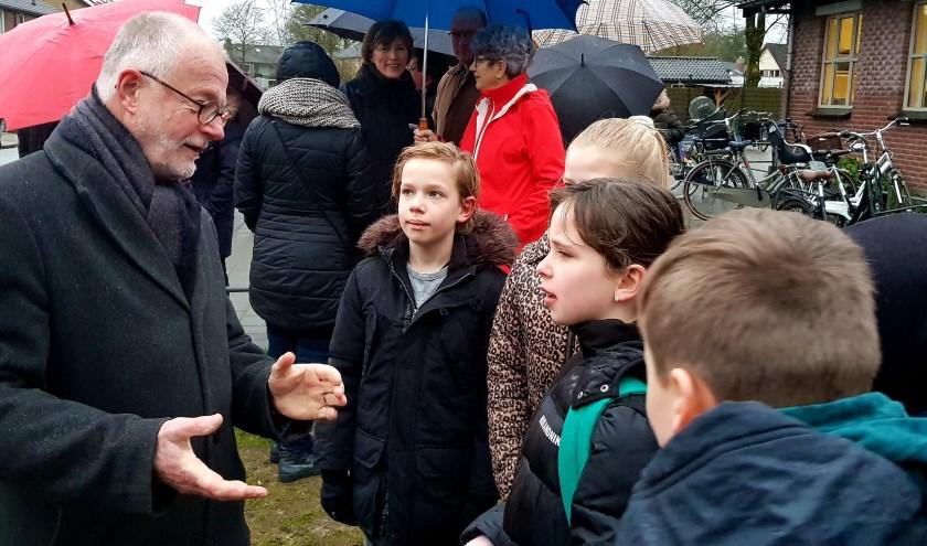 Wethouder Klappe in gesprek met kinderen van de Beatrixschool aan de Beemdweg en de verkeersveiligheid aldaar in de toekomst,  na  uitbreiding met woon-units. (foto: Arda Konings)